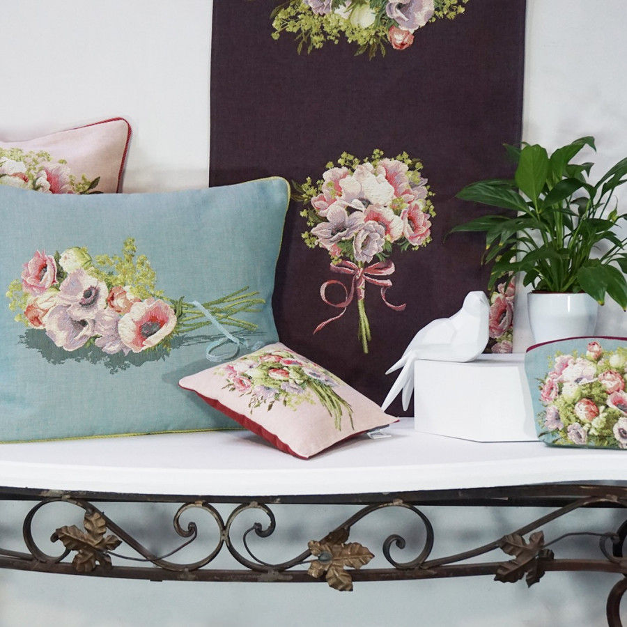 5746T : Small cushion Bunch framed with flowers, blue background