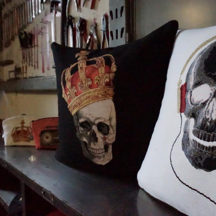 Housse de coussin tapisserie Tête de mort couronnée